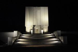 Pomnik mauzoleum nocą